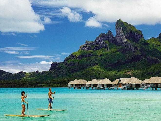 Thư giãn tại căn lều nằm trên mặt nước của khu nghỉ dưỡng Four Seasons ở Bora Bora, nơi được Travel + Leisure đánh giá là một trong những resort tuyệt nhất thế giới.