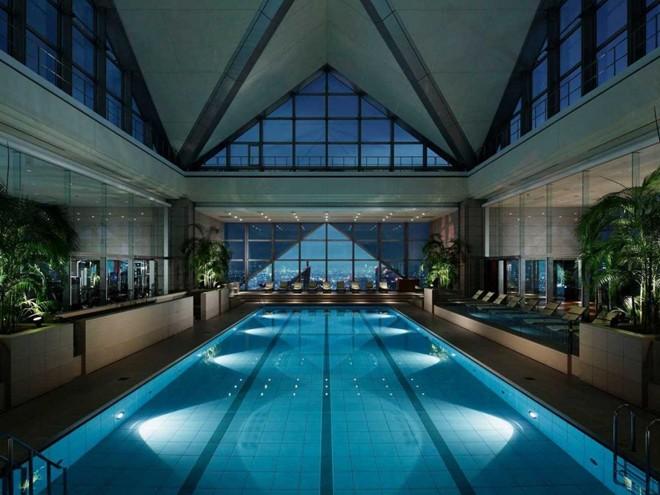"""Ngắm nhìn Tokyo về đêm ở khách sạn Park Hyatt, Nhật Bản, nơi các phòng nằm từ tầng 41 trở lên. Khách sạn này từng xuất hiện trong bộ phim đình đám """"Lạc lối ở Tokyo""""."""