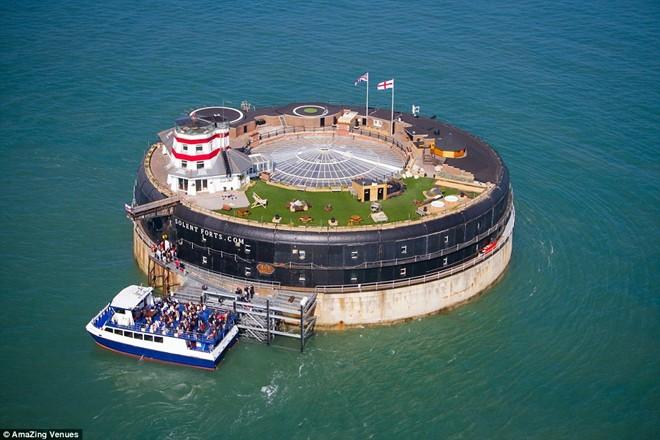 Để đến pháo đài No Man ở Solent, du khách phải đi thuyền ra biển, cách Portsmouth 1,6 km và cách đảo Wight 2,2 km.