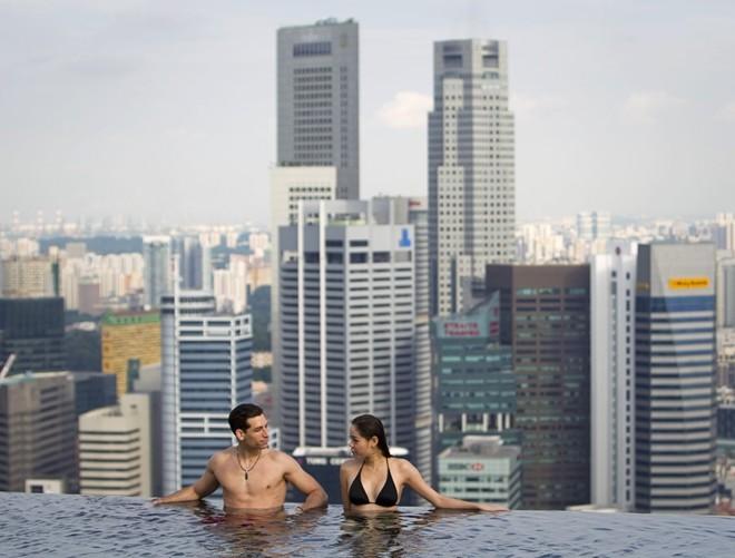 Ngắm nhìn chân trời Singapore trong lúc ngâm mình ở bể bơi vô cực trên tầng 57 tại khách sạn Marina Bay Sands.