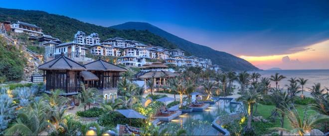 Khu nghỉ dưỡng cao cấp InterContinental Danang Sun Peninsula Resort chỉ cách trung tâm thành phố Đà Nẵng 13 km, nằm sát vịnh biển kế bên bán đảo Sơn Trà và được bao quanh bởi những khu rừng hoang sơ huyền bí.