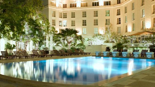 2. Khách sạn Sofitel Metropole, 15 Ngô Quyền Hà Nội. Khách sạn với lối kiến trúc cổ kính thời Pháp thuộc, vị trí gần hồ Hoàn Kiếm và Nhà hát lớn thành phố. Được xây dựng từ năm 1901, đây là khách sạn 5 sao đầu tiên tại Hà Nội và cũng là khách sạn có giá phòng cao nhất, từ 7,6 – 8,4 triệu đồng / phòng.. Ảnh: vietnamhotel.