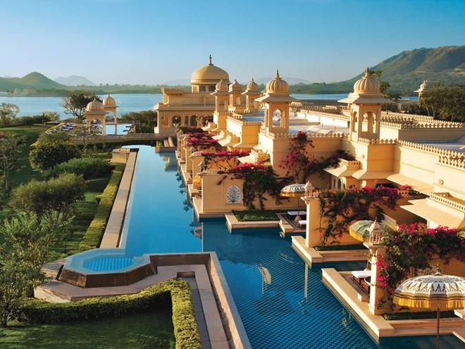 Đi thuyền riêng tới Oberoi Udaivilas, khách sạn hàng đầu Ấn Độ theo nhận định của TripAdvisor.