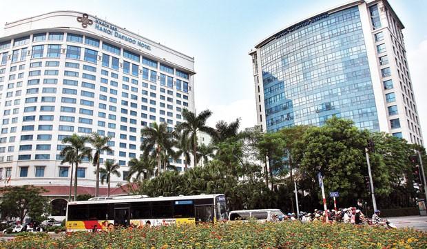 3. Khách sạn Hà Nội Daewoo, 360 Kim Mã, Ba Đình Hà Nội. Được khai trương từ năm 1996, Hà Nội Daewoo là khách sạn 5 sao với lối kiến trúc sang trọng hiện đại, pha trộn nét văn hóa phương Đông. Với hơn 400 phòng phục vụ, đây là khách sạn có số phòng phục vụ lớn nhất trong thành phố. Ảnh: batdongsan.