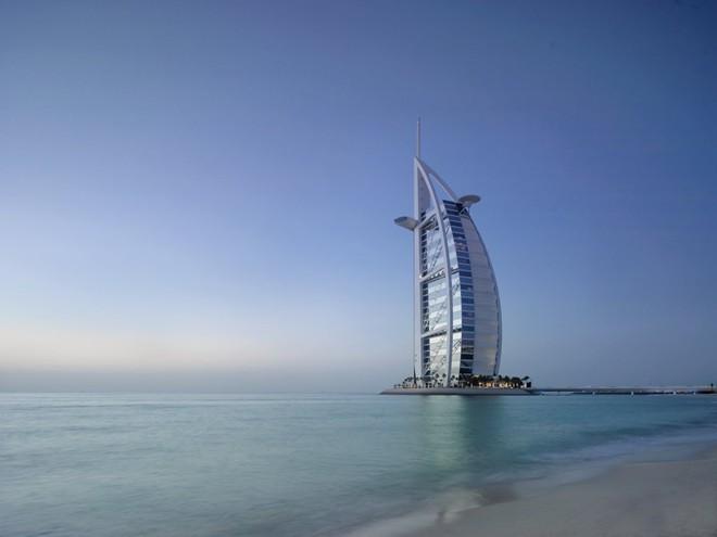 Nghỉ tại một trong những phòng ở tầng cao của Burj Al Arab - khách sạn sang trọng nhất thế giới - tại Dubai.