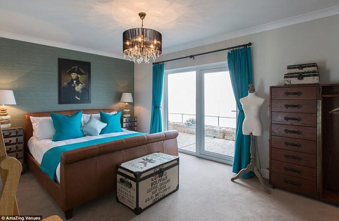 22 phòng ngủ được trang trí theo phong cách hải quân với tông màu xanh chủ đạo.