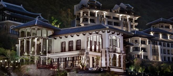 Du khách đam mê ẩm thực sẽ không phải thất vọng khi đến với nhà hàng La Maison 1888 bên trong khu resort. Nghệ thuật ẩm thực đỉnh cao nơi đây được sáng tạo bởi những vị bếp trưởng lừng danh đạt 3 sao Michelin, Michel Roux.