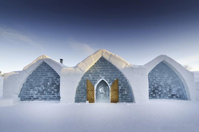 Glace ở Quebec là khách sạn băng duy nhất ở Bắc Mỹ được xây dựng vào năm 2001 từ 15.000 tấn tuyết và 500.000 tấn băng.