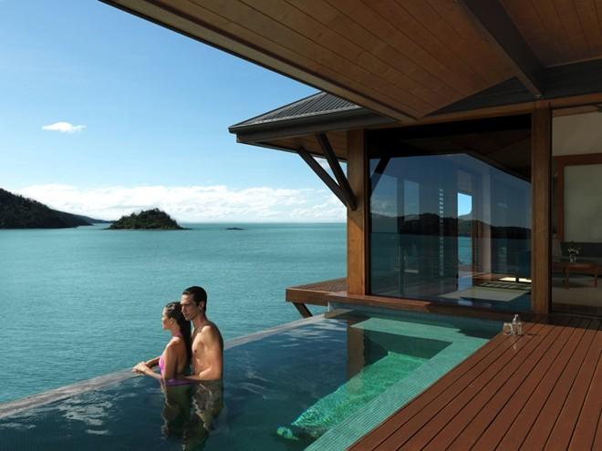 Ngâm mình trong bể bơi vô cực và nhìn ra rạn san hô Great Barrier ở Qualia, một khách sạn nằm trên đảo Hamilton, Australia, nơi được tạp chí Condé Nast Traveler bình chọn là khách sạn tuyệt nhất thế giới.