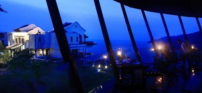 Vị trí của khu resort rất tiện lợi cho du khách nếu muốn tham quan những danh lam nổi tiếng tại Việt Nam như Cố Đô Huế, Non Nước, Thánh địa Mỹ Sơn. Xa hơn một chút du khách hoàn toàn có thể ghé thăm phố cổ Hội An, hay Cù Lao Chàm đều là những địa danh nổi tiếng thu hút.