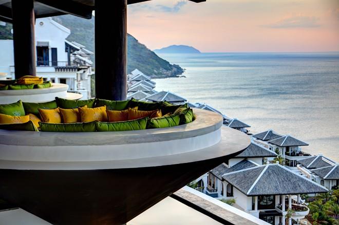 Ngoài ra du khách có thể ghé thăm nhà hàng Citron, tọa lạc trên tầng cao nhất của khu resort. Không chỉ thu hút bởi những món ăn ẩm thực nổi tiếng ở cả ba miền, nhà hàng còn cung cấp một tầm nhìn đẹp với những bàn ăn ngoài trời, để du khách tận hưởng hết được cảnh sắc thiên nhiên trù phú nơi đây.