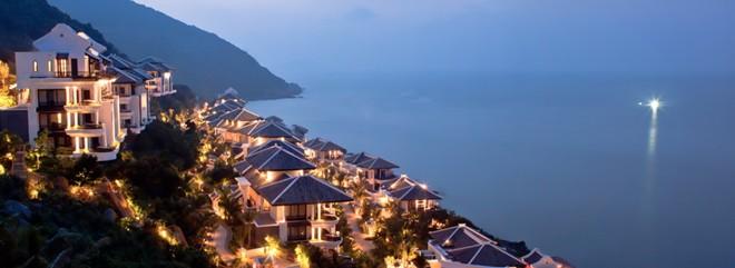 InterContinental Danang Sun Peninsula Resort (Đà Nẵng): Khu nghỉ dưỡng nằm ở phía Bắc bán đảo Sơn Trà này từng đoạt giải thưởng danh giá dành cho resort sang trọng hàng đầu thế giới do tổ chức World Travel Awards uy tín trao tặng.