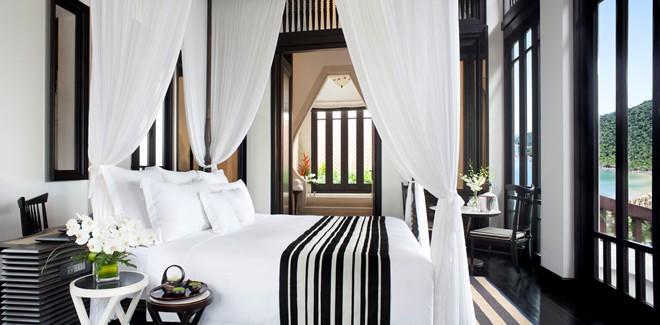 Lối kiến trúc cổ kính của khu resort được lấy cảm hứng từ kiến trúc cổ của Việt Nam, những đền chùa lăng tẩm của vua chúa thời xưa, cùng hai tông màu đen và trắng làm chủ đạo.