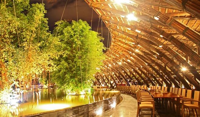 Với thiết kế xanh hài hòa với cảnh quan xung quanh, cùng hệ thống nhà hàng sang trọng, bể bơi nước nóng ngoài trời lớn nhất miền Bắc, hệ thống đồi Tùng nghệ thuật cảnh quan tuyệt mỹ, sân golf 9 hố và hàng loạt các dịch vụ đẳng cấp khác, resort này đem lại cho du khách một khoảng thời gian thư giãn tuyệt vời. Ảnh: Flamingo Đại Lải.