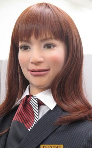 Những con robot có ngoại hình giống hệt người thật, có thể chớp mắt và giao tiếp linh hoạt với khách hàng qua ánh mắt.