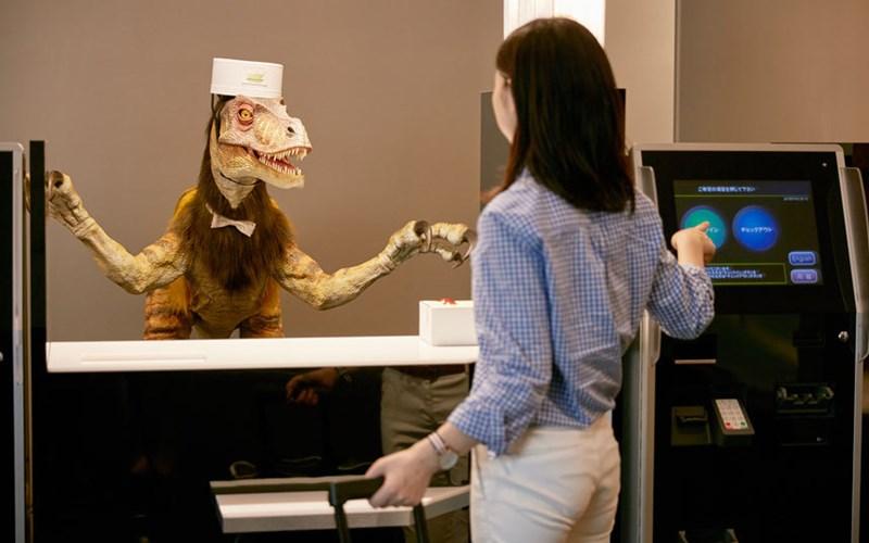 Một con robot khủng long đứng tiếp khách tại quầy lễ tân.