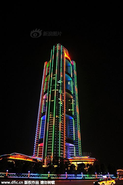 Cận cảnh khách sạn 74 tầng dát vàng ở TQ - 14