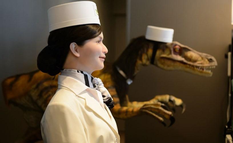 Những nhân viên robot có thể nói chuyện bằng rất nhiều thứ tiếng như Nhật, Anh, Hàn và Trung Quốc.