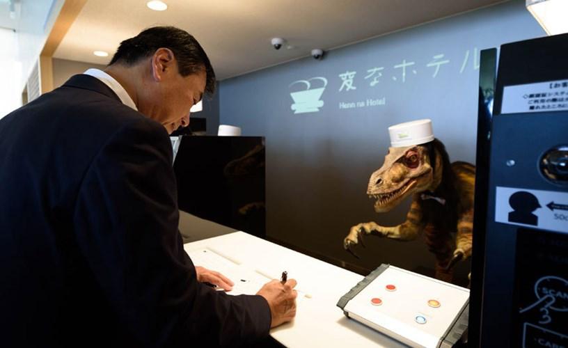 Các nhân viên robot cũng có thể phục vụ phòng nếu khách hàng yêu cầu qua một chiếc máy tính bảng.