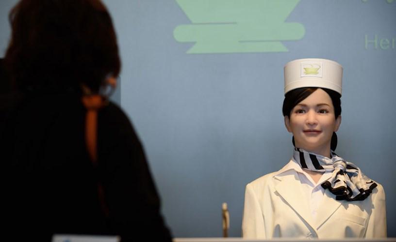 Robot làm nhiệm vụ lau dọn phòng, xách hành lý và chào đón khách tại quầy lễ tân.