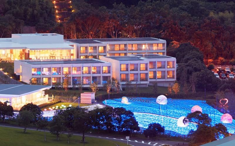 Khách sạn Henn-na tọa lạc trong công viên nổi tiếng Huis Ten Bosch, Nagasaki, công viên này được thiết kế theo đường phố Hà Lan thế kỷ 17.