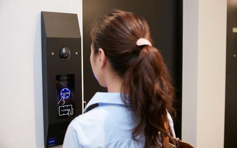 Khách sạn có lắp công nghệ nhận diện khuôn mặt nên khách hàng có thể vào phòng mà không cần chìa khóa.