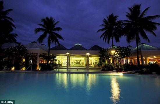 Khách sạn 4 sao như Sheraton Royal Denarau của Fiji cung cấp một số tùy chọn phòng cũng như hồ bơi và phòng tập thể thao