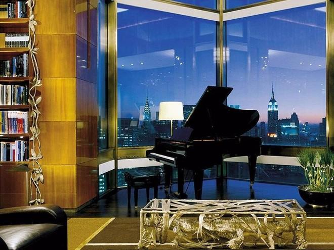 Phòng tầng thượng Ty Warner, khách sạn Four Seasons New York, Mỹ: Nằm ở tầng 52, khu phòng rộng 400 m2 này cho du khách ngắm nhìn toàn cảnh Manhattan, với giá 45.000 USD một đêm (khoảng 1 tỷ 10 triệu đồng).