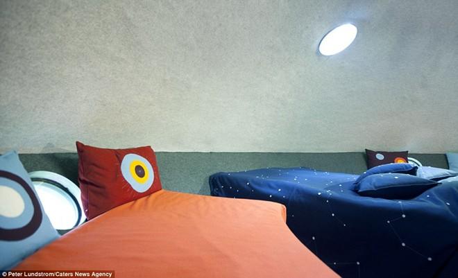 Bên trong khách sạn trên cây UFO mô phỏng một tàu vũ trụ, thậm chí ga gối cũng được thêu các chòm sao.