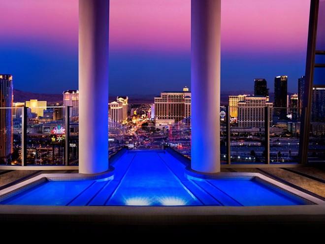 Biệt thự Sky, khu nghỉ dưỡng Palms Casino, Las Vegas, Mỹ: Với giá khoảng 40.000 USD (900 triệu đồng) cho 2 ngày cuối tuần, khu phòng sang trọng này có bể bơi ở ban công, thang máy ốp kính riêng, phòng massage và dịch vụ 24/7.