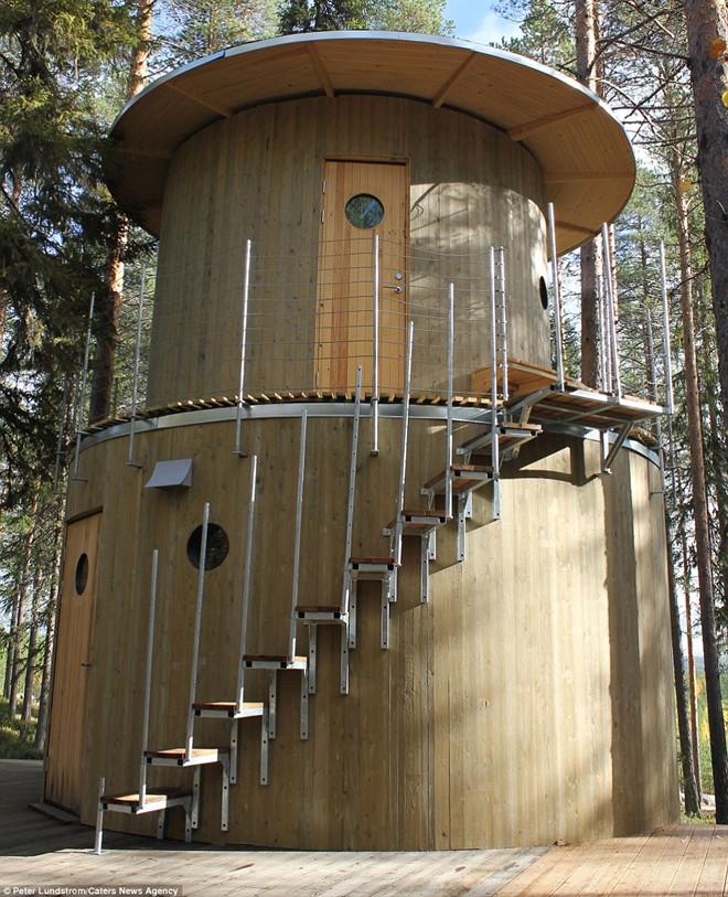 Du khách ở tại khách sạn trên cây có thể sử dụng phòng tắm hơi, bể nước nóng và khu thư giãn được thiết kế đặc biệt.