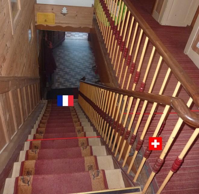 Một nửa cầu thang thuộc lãnh thổ Pháp, còn nửa kia thuộc lãnh thổ Thụy Sĩ.