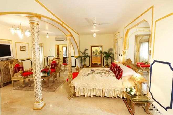 Khu phòng Shahi Mahal có đồ đạc khảm ngà voi và dát vàng, rạp chiếu phim riêng, thư viện và một phòng ăn. Du khách sẽ có một đội đầu bếp và quản gia riêng. Phòng nghỉ này có giá 40.000 USD một đêm (gần 900 triệu đồng). Ảnh: Slh.