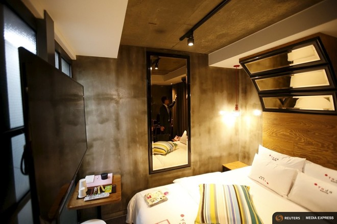 Nhân viên khách sạn Yaja đang kiểm tra một căn phòng
