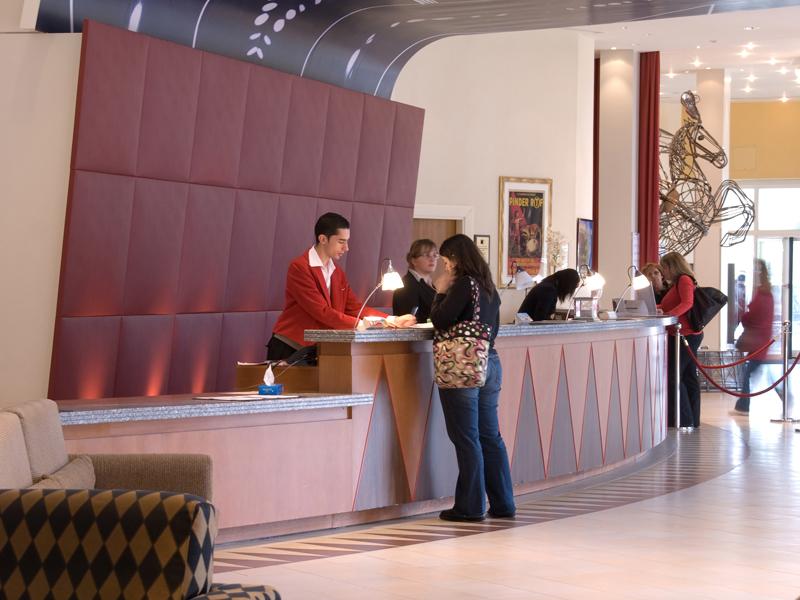 Cách lễ tân khách sạn tạo thiện cảm cho khách hàng