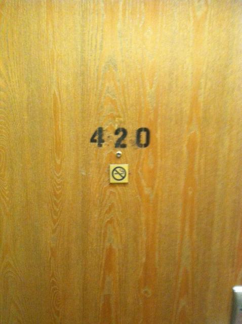 Một khách sạn ở Colorado phải in hẳn số 420 lên cánh cửa sau nhiều lần bị ăn cắp cả biển số phòng.