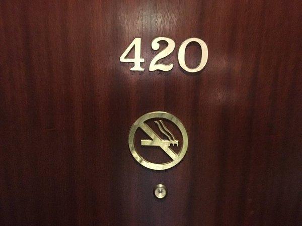 Hoặc có để số phòng 420 nhưng khách sạn cũng phải để luôn biển Đây là phòng cấm hút thuốc.