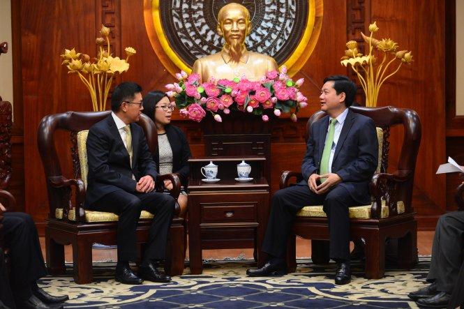 Bí thư Thành ủy TP.HCM Đinh La Thăng tiếp ông Ang Wee Gee, tổng giám đốc điều hành tập đoàn Keppel Land Limited (Singapore), chiều 23-4 - Ảnh: Quang Định