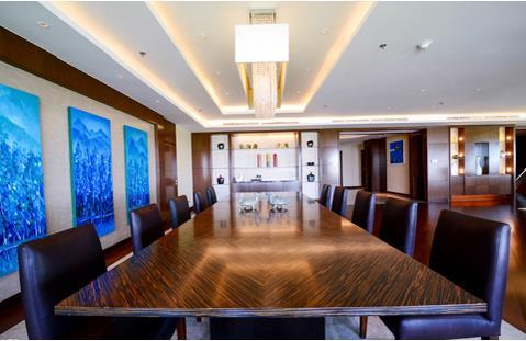 Tại một góc khác, phòng khách còn được bố trí bàn lớn 10 người, vừa có thể làm việc, vừa sử dụng làm bàn ăn.