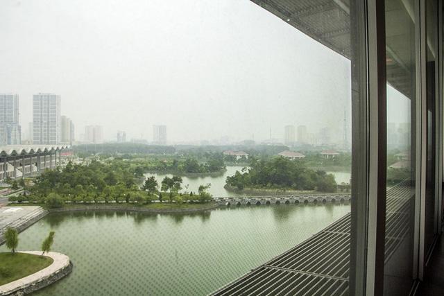 Từ trên phòng khách có thể thoải mái ngắm nhìn Hà Nội qua các ô kính lớn