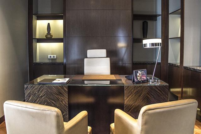 Phòng làm việc được trang bị hệ thống thiết bị điện tử hiện đại.