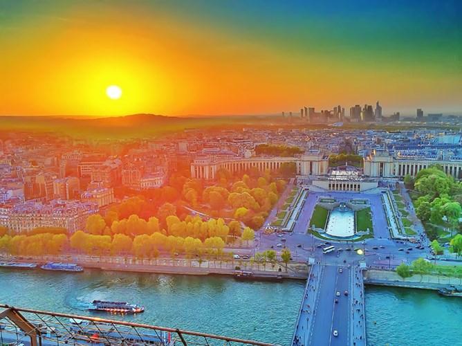 Tan muc khach san sang chanh tren noc thap Eiffel