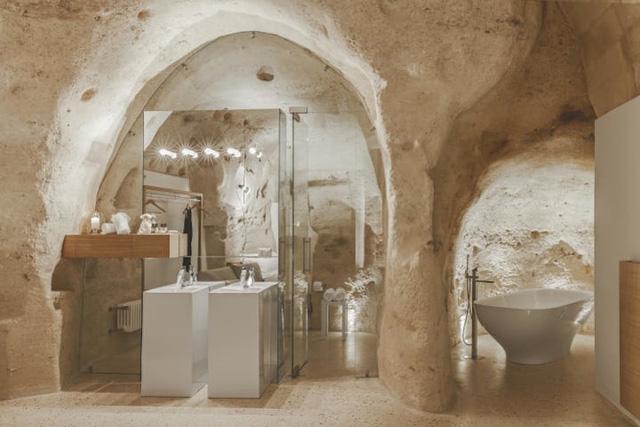 Độc đáo khách sạn hang động xù xì mà sang trọng ở Italy - Ảnh 5.