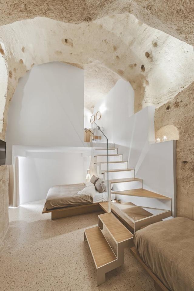 Độc đáo khách sạn hang động xù xì mà sang trọng ở Italy - Ảnh 10.