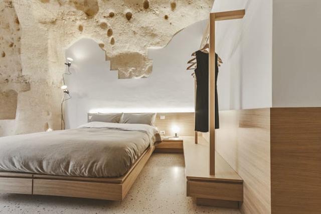 Độc đáo khách sạn hang động xù xì mà sang trọng ở Italy - Ảnh 4.