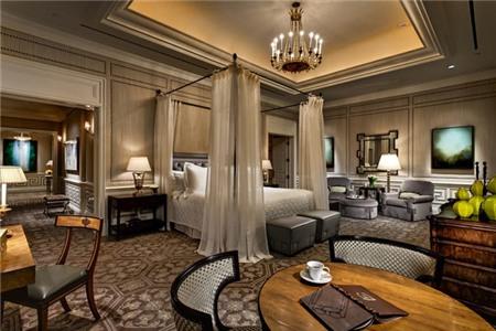 Với vẻ ngoài là hình ảnh cung điện Grecian đẹp lộng lẫy, nội thất theo phong cách Ba Tư và cách trang trí đồ đạc theo phong hướng Tây Ban Nha cũ.