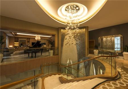 Phòng được trang bị với TV LED khổng lồ, spa và phòng tắm hiện đại