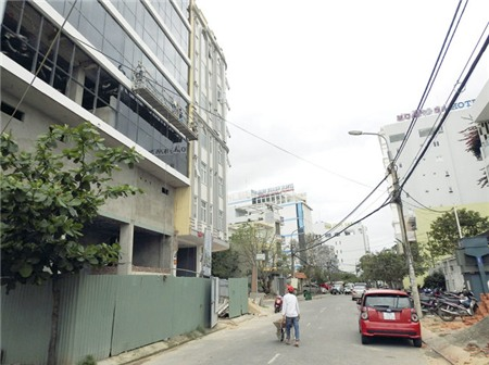 """Đường Dương Đình Nghệ nhỏ hẹp phải """"gánh"""" hàng chục khách sạn đang xây cùng hơn 20 khách sạn lớn nhỏ hoạt động - Ảnh: V.HÙNG"""