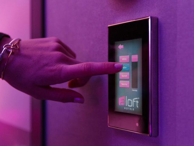 Màn hình cảm ứng của Aloft giúp điều khiển các thiết bị điện trong phòng.