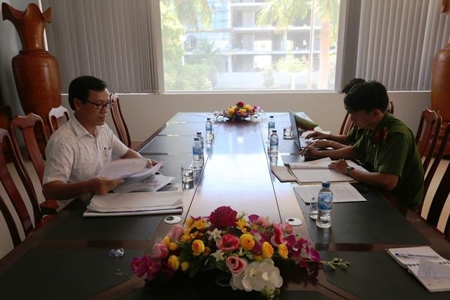 Cảnh sát PCCC TP Đà Nẵng kiểm tra hồ sơ PCCC củaông ty TNHH Sao Khuê Việt. Ảnh: PCCC ĐN.